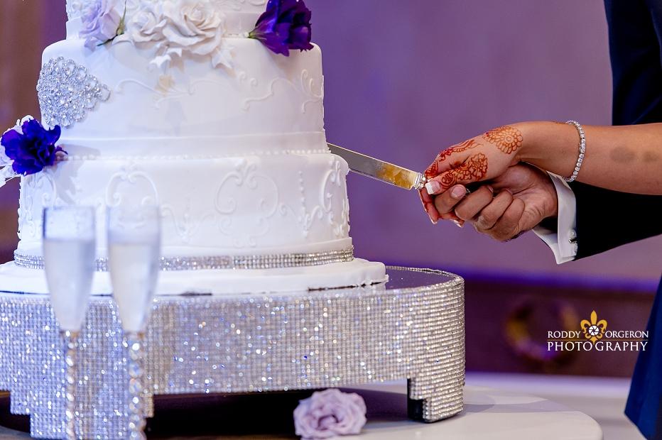 bride ans groom cut the cake
