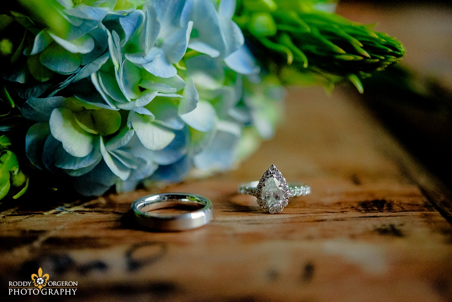 Beautiful wedding rings with the brides flowers